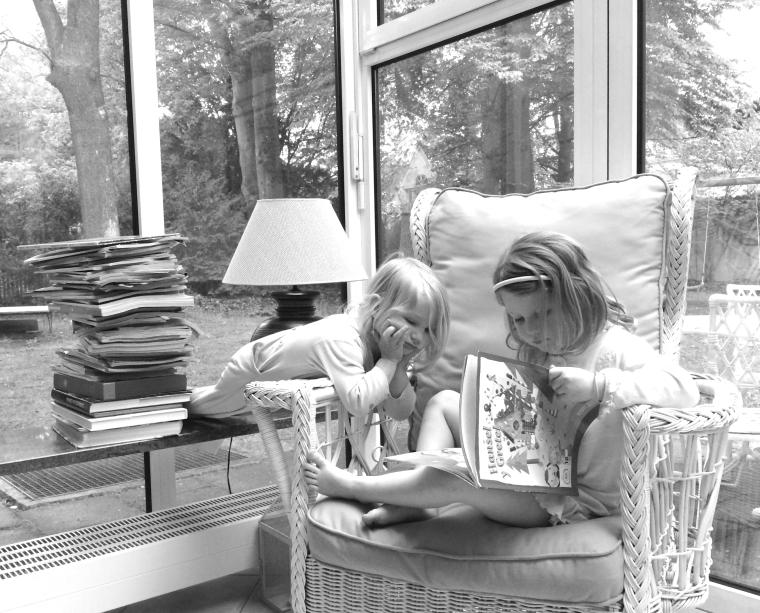 Hermanas leyendo