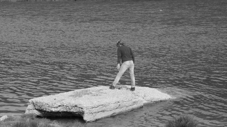Niña jugando en el rio